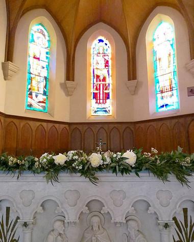 Guirlande de fleurs autel église