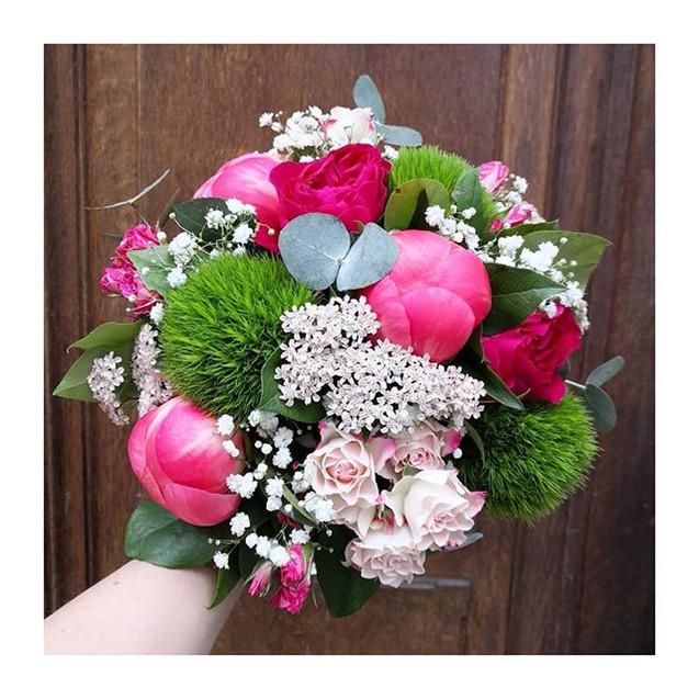Bouquet_de_mariee_rond_Fuschia_rose_vert