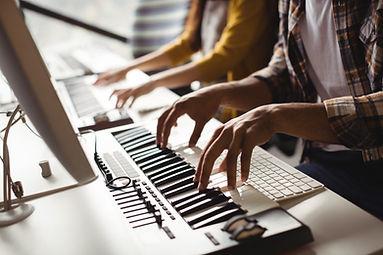 Suonando il pianoforte