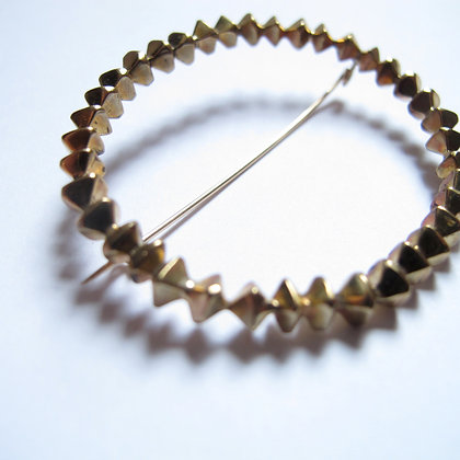 Faceted circle pin in brass