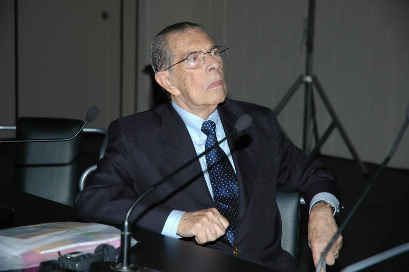 Prof. Álvaro coordenando mesa redonda