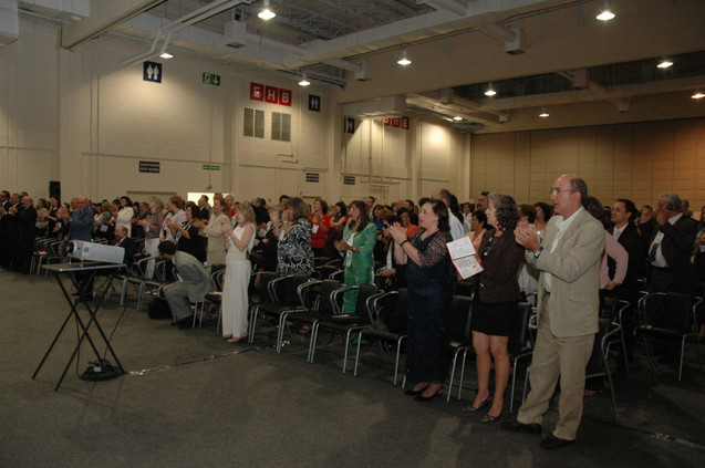 Plateia aplaude na sessão de abertura
