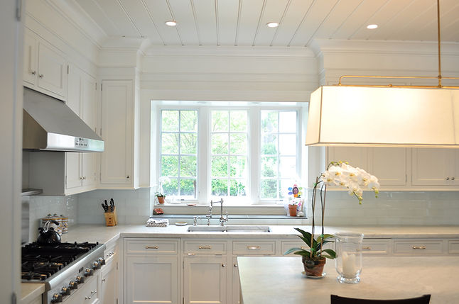Traditional white kitchen, white wood ceiling