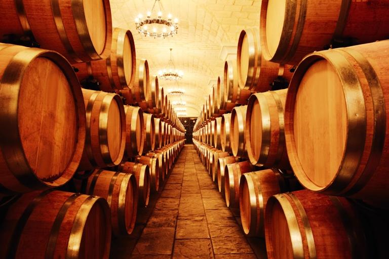 Cave-à-vins-avec-tonneaux-1