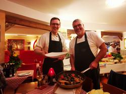 Jan hilft David beim Servieren der Speisen