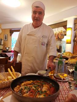Der Chef selbst bringt das Essen zum Gast