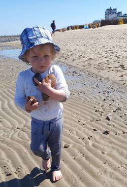 Levi sammelt Strandschätze