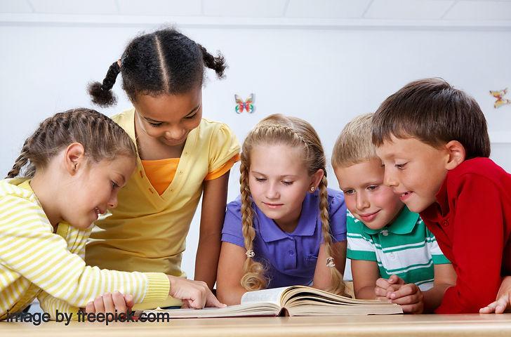 schoolchildren-reading-in-the-library%20