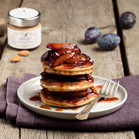 Knusper Mandel Pancakes mit Zimt-Zwetschken