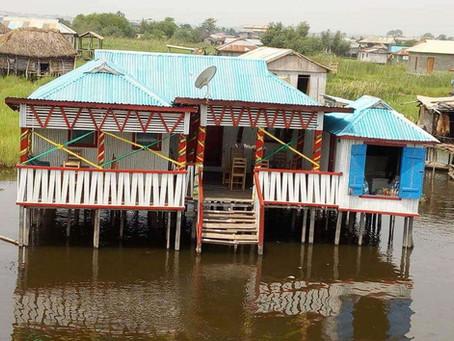 Une nuit à Ganvié pour découvrir les marchés flottants au lever du jour.