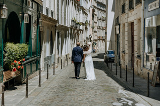 Charlotte Deckers Photography | Wedding Photographer | Bridal Couple walking in the Streets