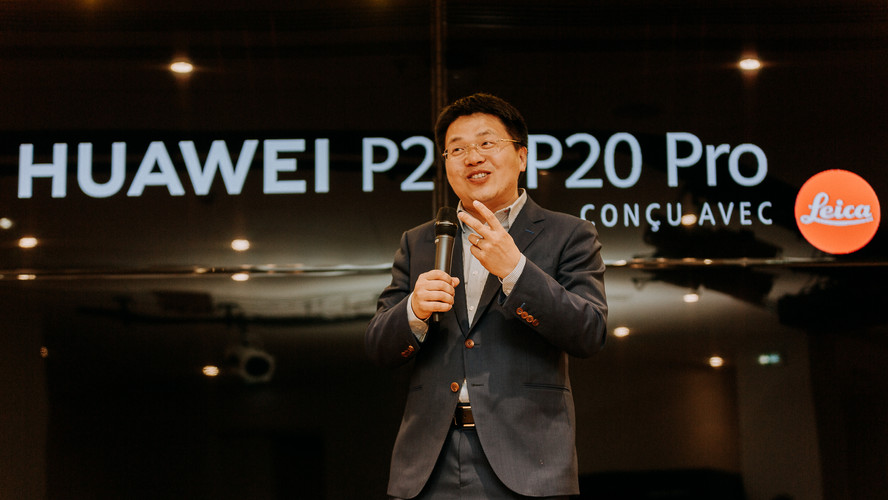 Charlotte Deckers Photography | Event Photographer | Huawei Convention Man Talking Micro