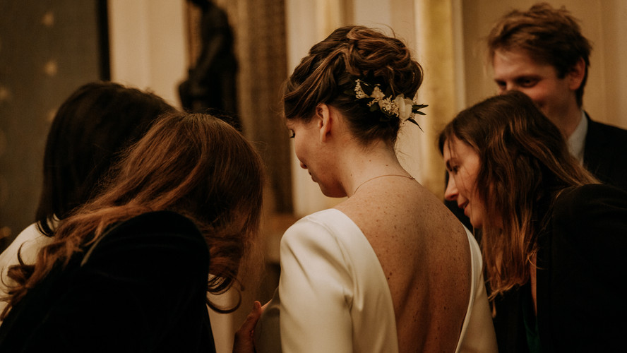 Charlotte Deckers Photography | Wedding Photographer | Bride with friends & family