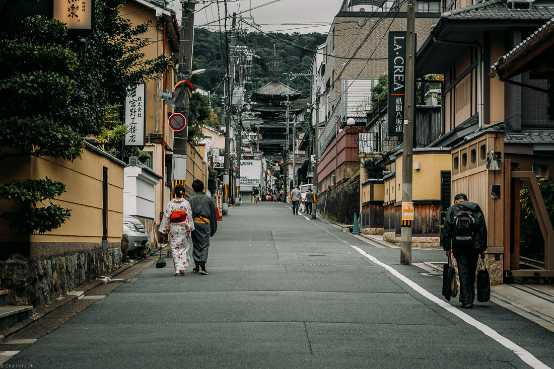 Charlotte Deckers Photography | Travel Photo Kyoto Japan | Streetscene Temple
