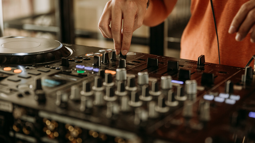 Charlotte Deckers Photography | Event Photographer | Dj Hands Playing Music