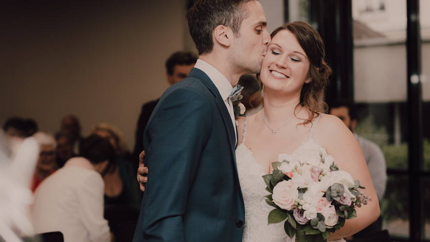 Charlotte Deckers Photography | Wedding Photographer | Bridal Couple Just Married Town hall