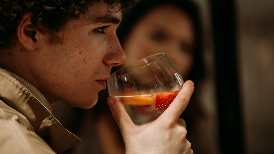 Charlotte Deckers Photography | Event Photographer | Man Drinking Glass Beefeater Gin Tonic