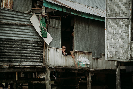 Charlotte Deckers Photography | Travel Photo Indonesia | Woman looking through window