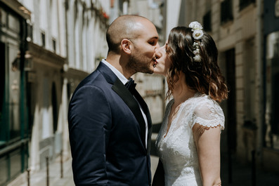 Charlotte Deckers Photography | Wedding Photographer | Bridal Couple kissing in the Street
