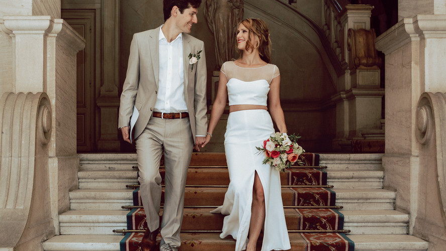 Charlotte Deckers Photography | Wedding Photographer | Bridal Couple walking down the stairs