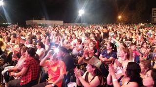Una multitud acompaño la primera noche del Dátil