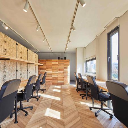 オフィス内の木は全て廃材を使用しています
