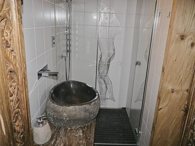 Dusche mit Lavabo