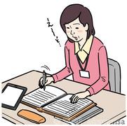 女性ケアマネジャーの事務作業のイラスト