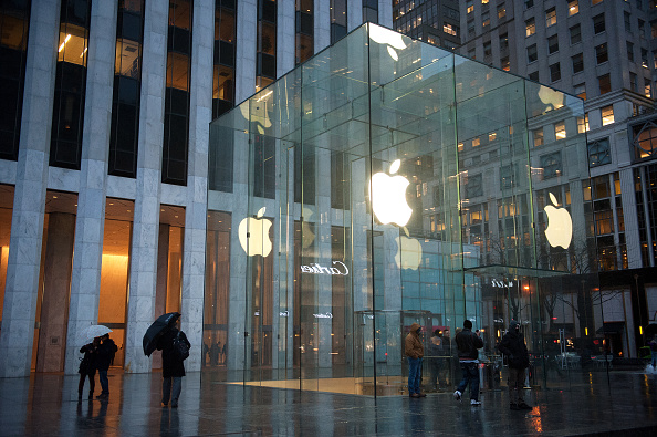 supporters-rally-at-apple-stores-against-government-interference-into-iphones