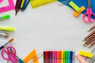 material-escolar-na-folha-em-um-plano-de