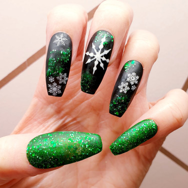 Loving these Green & Black Matte Christmas Nails. Looks so effective with the green against the black 💚🖤💚