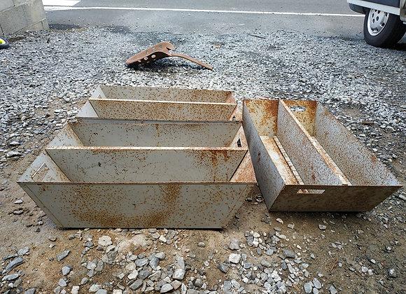 3 caisses en métal d'usine