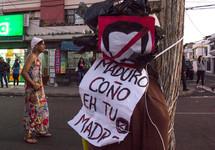 El 31 de diiembre varios venezolanos se visten de viudas como es la tradición en Ecuador