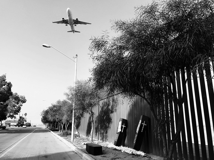 Instalacion en el muro fronterizo entre