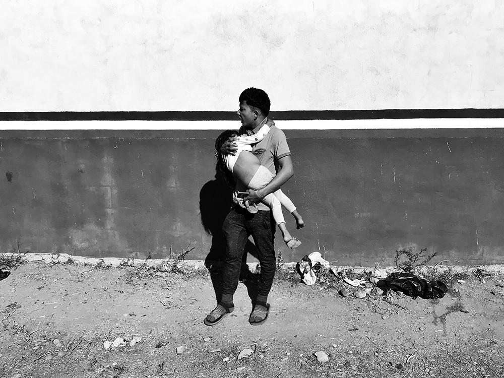 padre centromericano corre con su hija d