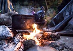 Los alimentos se preparan de forma colectiva en un fogón improvisado. Alrededor del fuego se juntan algunos vecinos para aprovechar el calor, ahora que empieza la época fría.