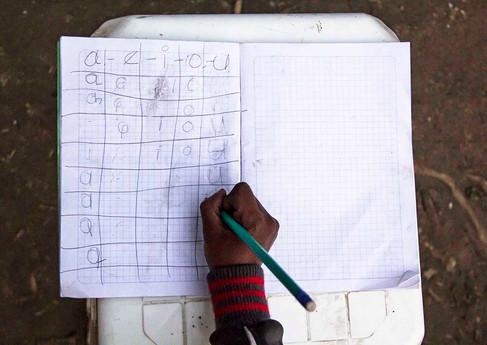 Sarahi es una niña colombiana que también vive en el asentamiento. Ella y su padre se las ingenian para recobrar la cotidianidad. En un cuaderno repasa las letras y hace deberes para cuando se reintegre a clases.