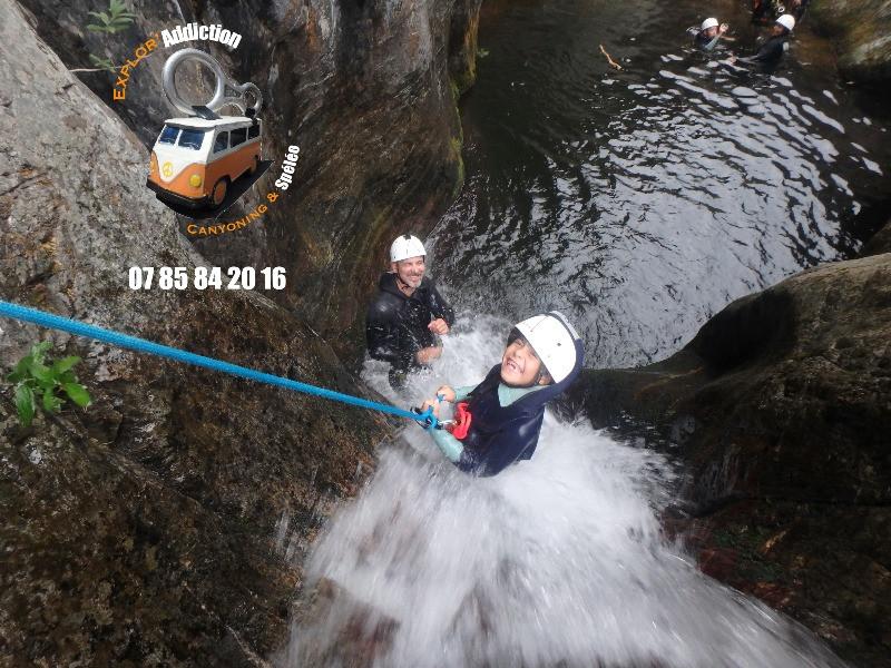 """""""Mini-canyon"""" descente d'un canyoning dédié aux enfants de 6 ans dans les Pyrénées orientales"""