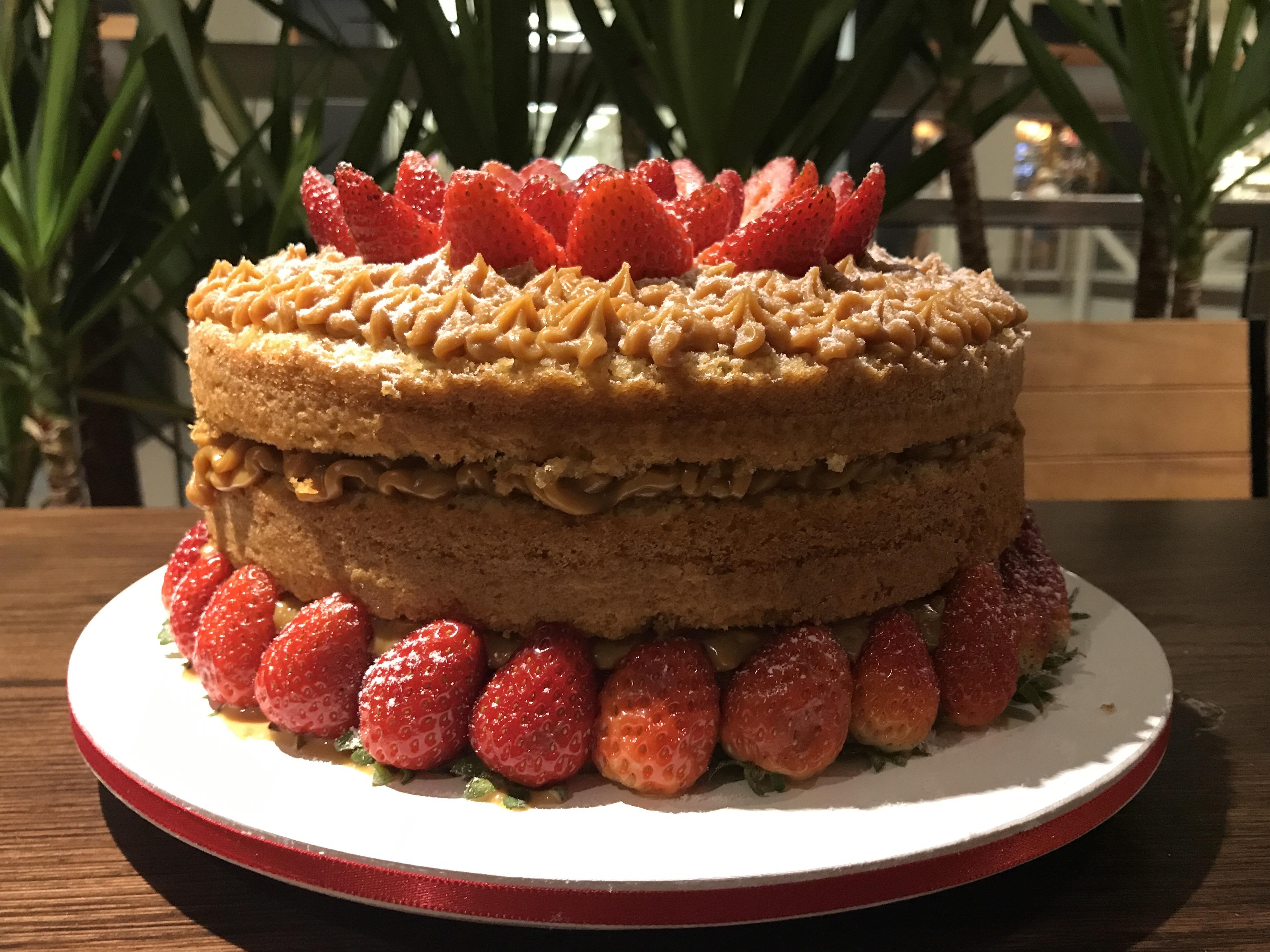Naked Cake - Flor de Morango