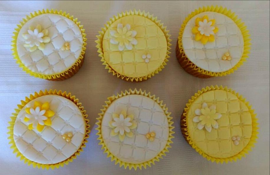 Cupcakes Flores Amarelas e Brancas