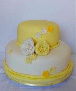 Bolo Decorado Amarelo e Branco