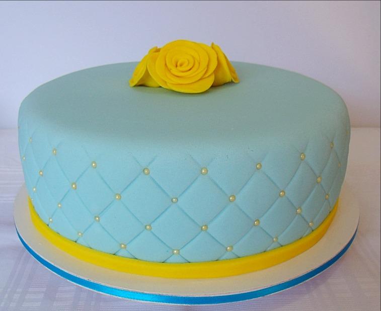 Bolo Decorado Azul e Rosas Amarelas