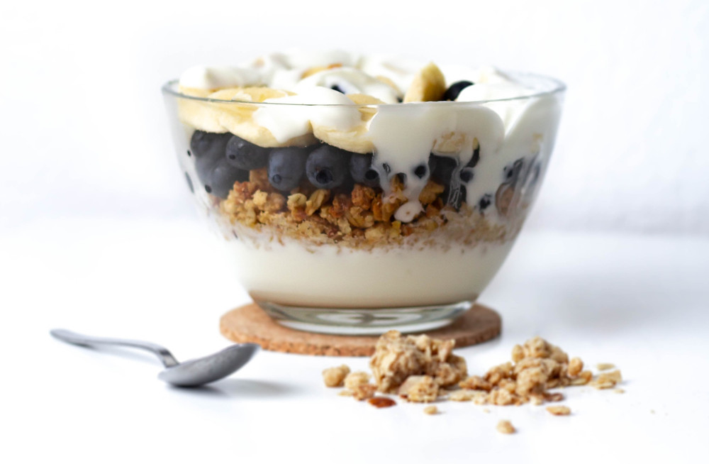 calcium in yoghurt can increase the feeling of contentment. The probiotics in yoghurt are great for gut health and may lower depression. Perfect good mood breakfast: greek yoghurt with muesli, berries and banana.