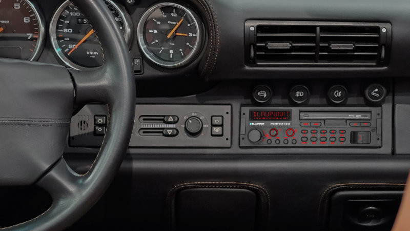 Vintage look radio for Porsche 911 Carrera