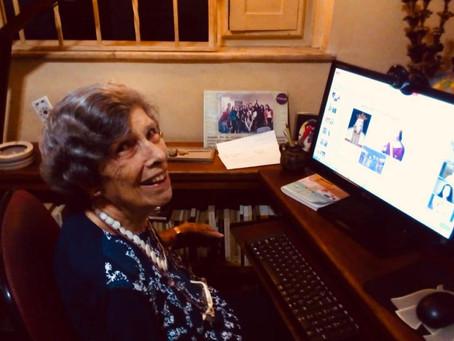 Professora de francês de 90 anos adere às aulas virtuais em Niterói