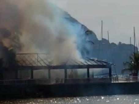 Incêndio atinge quiosque do Clube Naval, em Charitas; vídeos