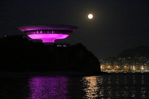 MAC colore Niterói no Outubro Rosa