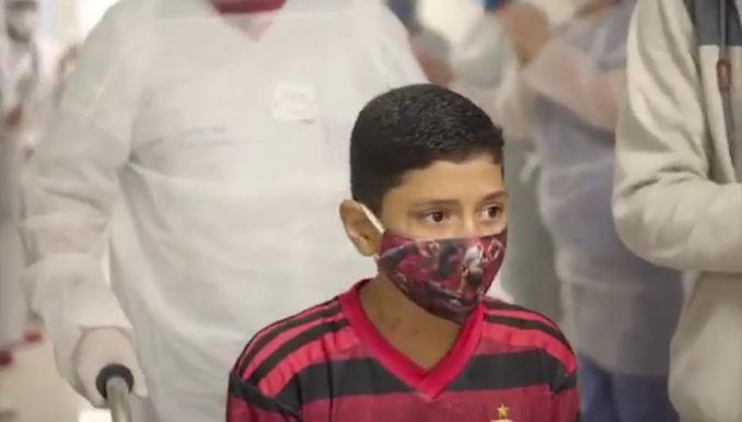 Menino de 11 anos tem alta depois 12 dias em UTI em Niterói