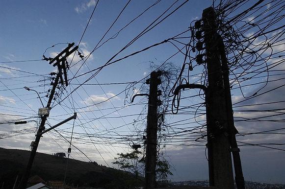 Enel promove temporada de 'caça ao gato' e promete limpar postes de Niterói