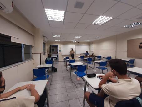 Alunos que se preparam para o Enem voltam às aulas em Niterói